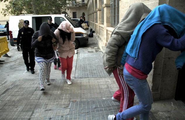 Einige der festgenommen Frauen auf dem Weg ins Gerichtsgebäude in Palma.