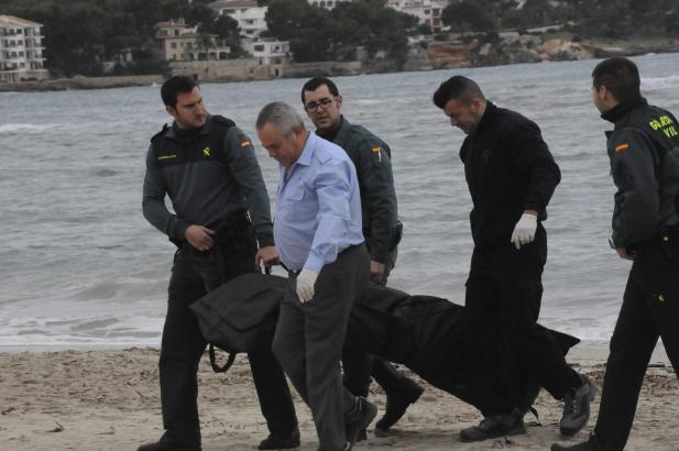 Beamte der Guardia Civil nehmen den Toten zur Autopsie mit.
