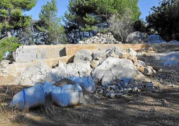 Bauschutt, Müll, offen liegende Fundamente: Das Gelände, auf dem früher die Chalets standen, gleiht teilweise einem Trümmerfeld.