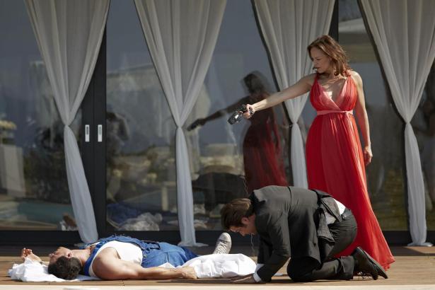 """Nach einem Handgemenge mit einem Schergen (Lutz Marquardt) vom """"Boss"""" (Sonja Kirchberger), fällt Tom (Tobias Licht, li.) vom Bal"""