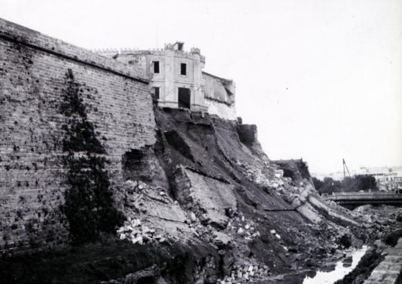 Die historische Aufnahme zeigt die ins Bachbett des Sa Riera herabgestürzte Festungsmauer und ein damaliges funktionales Gebäude