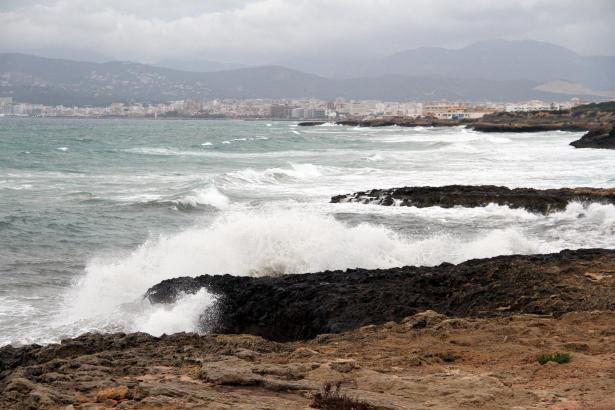 Wind und Wellen suchten schon zu Wochenbeginn die Cala Estància bei Palma heim.