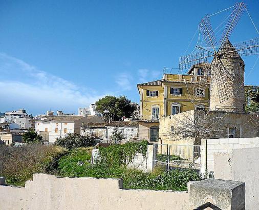 Das Brachland links im Bild ist das Grundstück, auf dem die Wohnhäuser errichtet werden sollen.