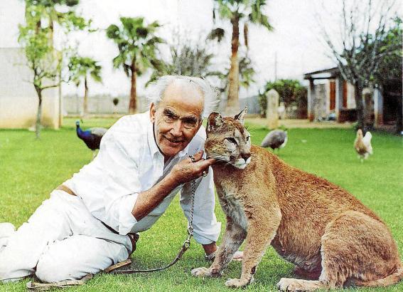 Hasso, wie er sich in seinen besten Zeiten gerne präsentierte: Mit Raubkatzen in seinem Privatzoo.