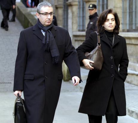 Ex-Nóos-Geschäftsführter Diego Torres mit Ehefrau Ana Maria Tejeiro am Samstag auf dem Weg zur richterlichen Vernehmung in Palma