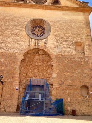 Der neue Eingang wird etwa so hoch wie das Baugerüst vor der Kirchenfront.