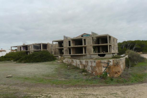 Mallorcas berühmteste Bauruine: Die halbfertigen Apartmentblöcke am Es-Trenc-Strand.