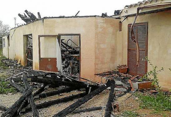 So sieht das Haus der Klöskes derzeit aus: Der komplette Dachstuhl ist verbrannt.