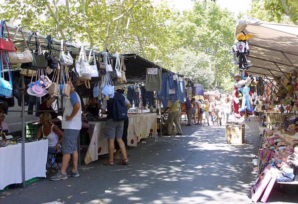 Der Andrang auf dem Flohmarkt an den Avenidas hält sich in Grenzen.