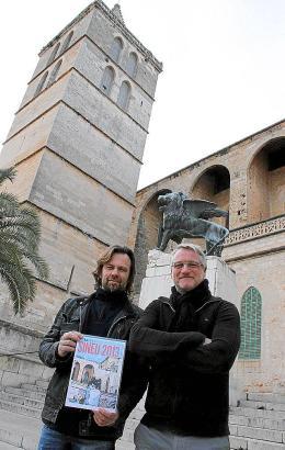 Steffen Schmitt und Frank Küpper vor der Gemeindekirche Santa María in Sineu.