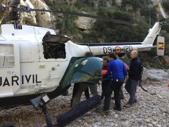 Der verletzte deutsche Wanderer wird per Rettungshubschrauber in eine Klinik geflogen.