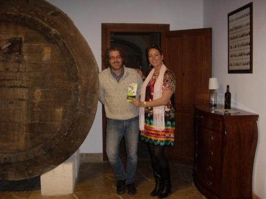 Winzer Andreu Villalonga und Julia Rath freuen sich auf Gäste. Nebenbei liegt eine EASYMON-Interessentenliste aus.