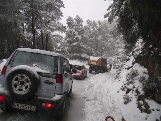 Verschneite Landstraße in den Tramuntana-Bergen.