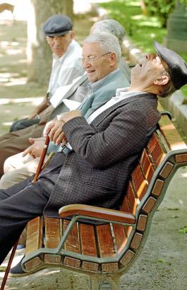 Spanischer Senior beim Nickerchen auf der Parkbank: Ob künftige Rentnergenerationen ihren Ruhestand ähnlich entspannt genießen k