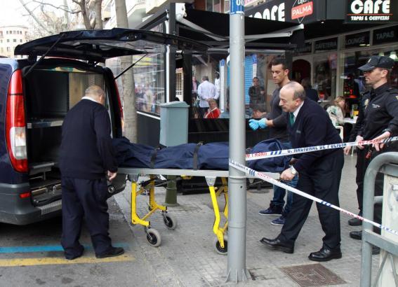 Die Leiche des Opfers wird abtransportiert.