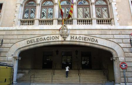Eingangsportal des Finanzamtes in Palma.