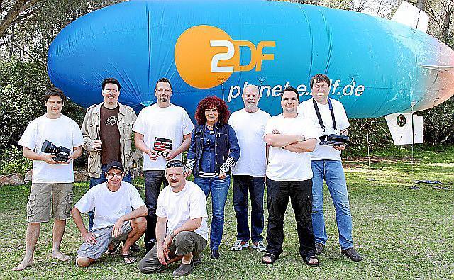Regisseur Andreas Ewels (stehend, Zweiter von links) und sein Team. Die Truppe logiert auf einer Finca bei Marratxí.