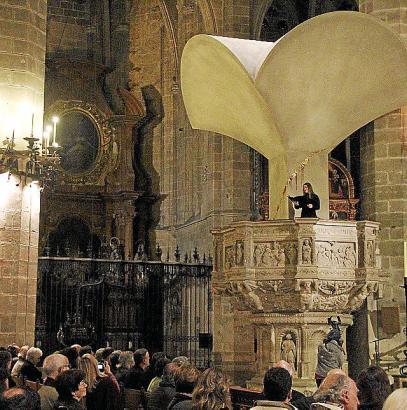 Über zwei Jahre diente der Nachbau des Gaudí-Stücks in der Kathedrale als akustischer Verstärker. Nun wurde er abgebaut.