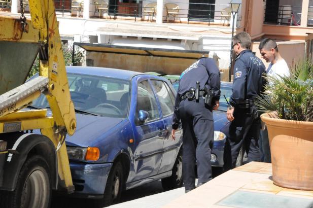 Beamte untersuchen die Schäden am Fahrzeug.