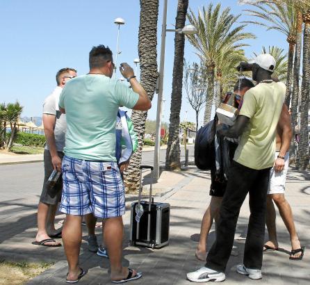 Illegale Straßenverkäufer an der Playa de Palma: Ihre Zahl hat im vergangenen Monat zum Beginn der Saison stark zugenommen.