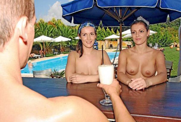FKK-Hotels haben ihre eigenen Regeln. Kellner und andere Angestellte tragen Berufskleidung - und im Restaurant ziehen sich alle
