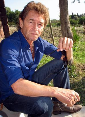 """Peter Maffay auf seiner Finca Can Sureda bei Pollença. Sein neues Buch heißt """"Der 9. Ton""""."""