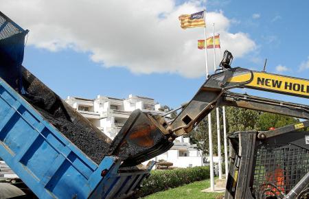 Unmittelbar an der Apartmentanlage Ciudad Blanca in Alcúdia wird in diesen Tagen die Strandpromenade geteert.