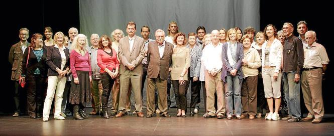 """Die """"Daily""""- Familie mit Verleger Pere A. Serra in der Mitte."""