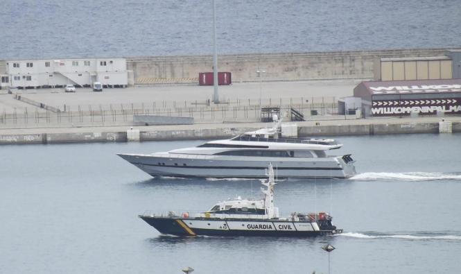 """Die """"Fortuna"""" (das hintere Schiff) im Hafen von Palma."""
