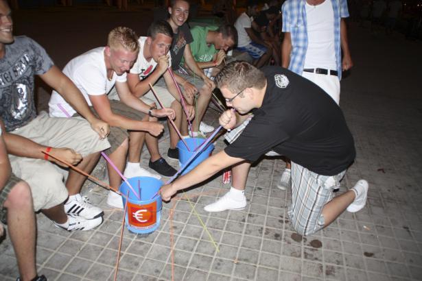 Urlauber beim gemeinsamen Alkoholkonsum an der Playa de Palma.