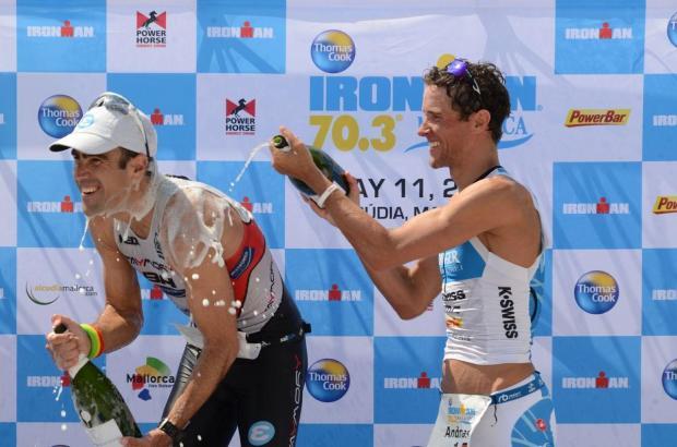 Andreas Raelert gratuliert Sieger Llanos mit einer Sektdusche.