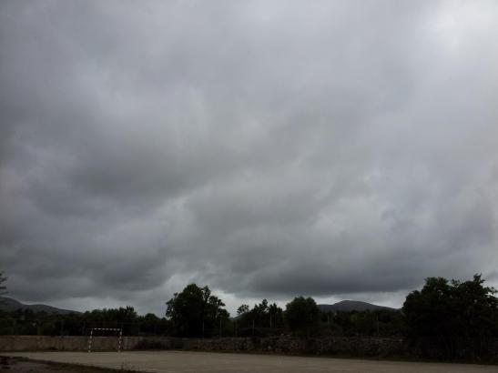 Regenwolken am Himmel über den Bergen von Artà.