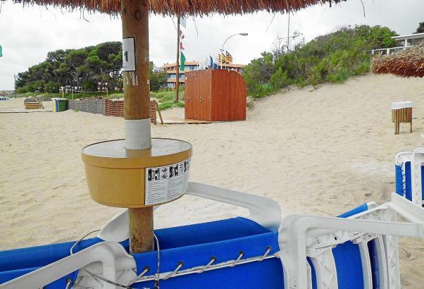 Erste Sicherheitsboxen an öffentlichen Sonnenschirmen sind am Strand von Muro schon Realität.