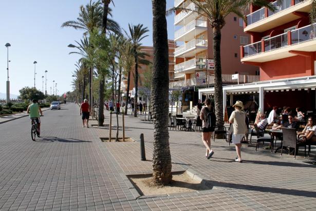 Die Gastwirte wollen ihre Tische und Stühle 1,5 Meter weiter in den Bürgersteig der Meerespromenade an der Playa de Palma hinein