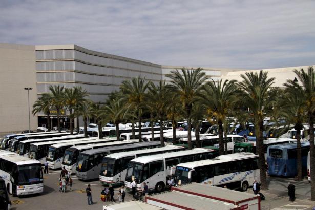 Touristenbusse bringen die Flugpassagiere in die Urlauberorte.