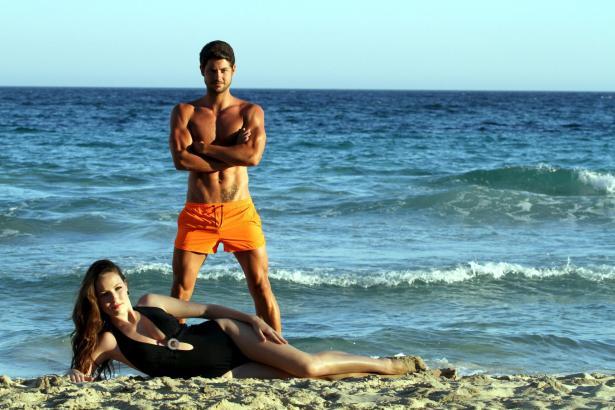 """Posing am Strand von Palma: """"Miss und Mister World Illes Baleares""""."""