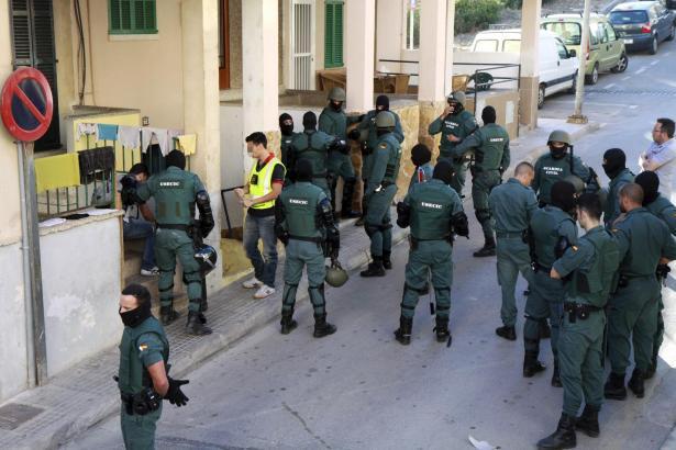 Spektakulärer Einsatz vor einem Haus in Arenal: Beamte der Guardia Civl stürmten einen Drogenumschlagsplatz.