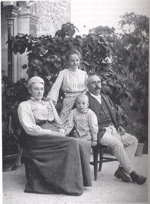 Clara Hammerl (l.) mit Ehemann und Kindern auf Mallorca.