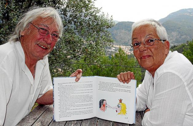 Gabriele Kunze und Rudy Schwizgebel mit dem Mallorca-Buch.