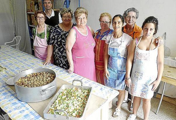 Margalida Cortès (2. v. r.) mit einigen ihrer Helferinnen: Sie koordiniert vor allem die Aufgabenverteilung.