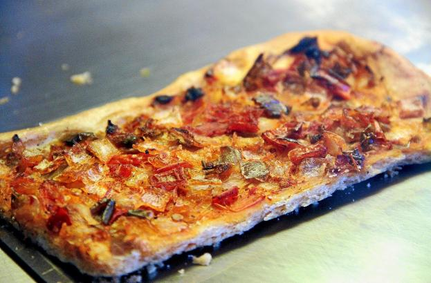 """Die klassische """"Coca de Trampó"""" mit Belag aus Zwiebeln, Paprika und Tomaten gibt es heutzutage auch in peppigeren Varianten."""