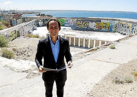 Palmas Vizebürgermeister Álvaro Gijón posiert vor der Ruine in der Nähe des Purobeach in Cala Estància.