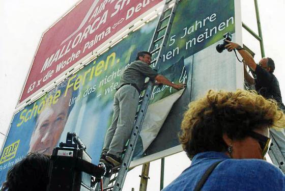 Juli 1998: FDP-Chef Wolfgang Gerhardt legt letzte Hand an das Mallorca-Wahlplakat seiner Partei.