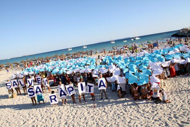"""Mit farbigen Kartonbögen stellten die Teilnehmer das Logo der Plattform """"Retten wir Sa Ràpita"""", einen Seestern und eine Muschel,"""