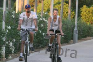 Leonardo DiCaprio samt Freundin beim Radeln.