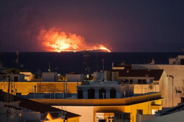 Der nächtliche Waldbrand, gesehen von Menorca aus.