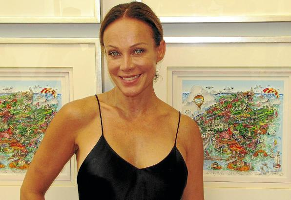 Sonja Kirchberger mit der neuen Mallorca-Grafik von Charles Fazzino.