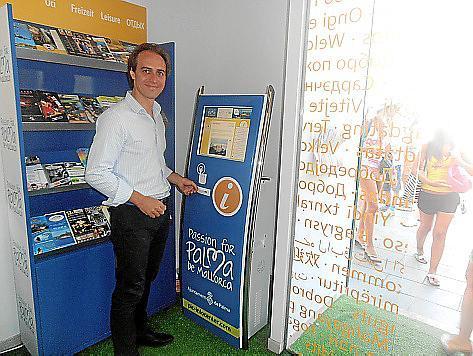 Palmas Tourismusdezernent Álvaro Gijón führt den neuen Auskunftsautomaten vor.