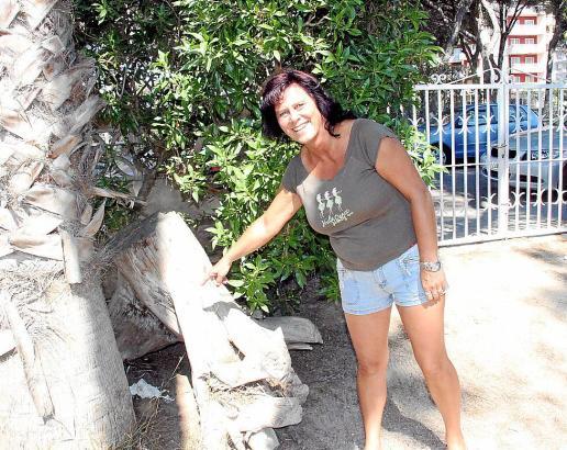 Gaby Balke im Garten ihres Hauses. Trotz der tagtäglichen Sauerei kann sie noch lachen.