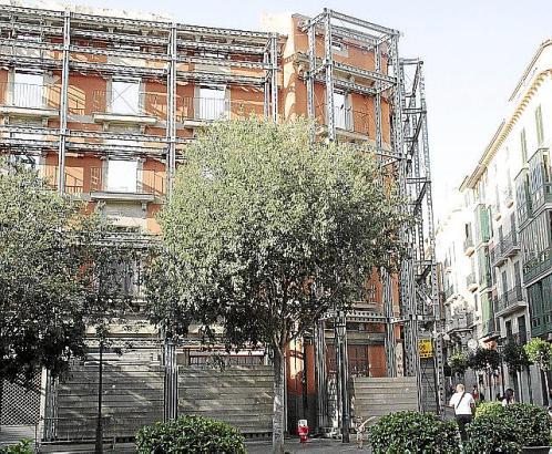 Von dem Gebäude, das in ein Hotel umgewandelt werden soll, steht seit 2008 nur noch die denkmalgeschützte Fassade.